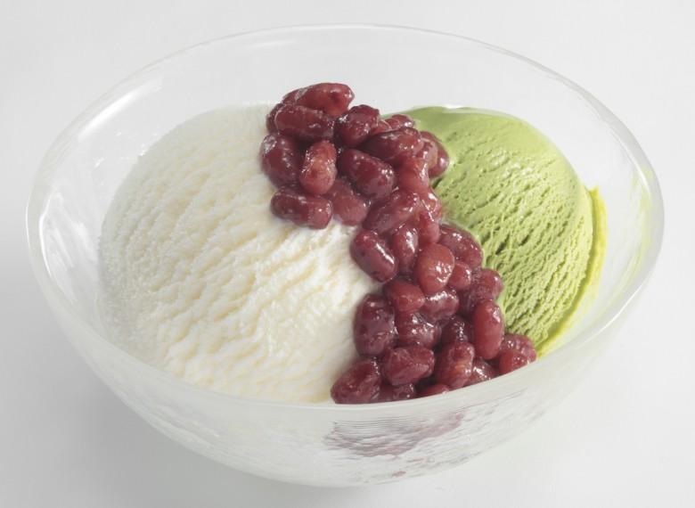 抹茶とバニラ2種類のアイスクリームにゆであずきをトッピング